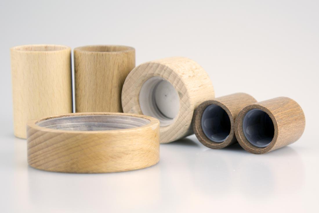 Assemblaggio oggetti in plastica e legno