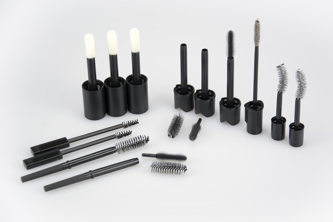 Assemblaggio scovolini e astine per cosmetici